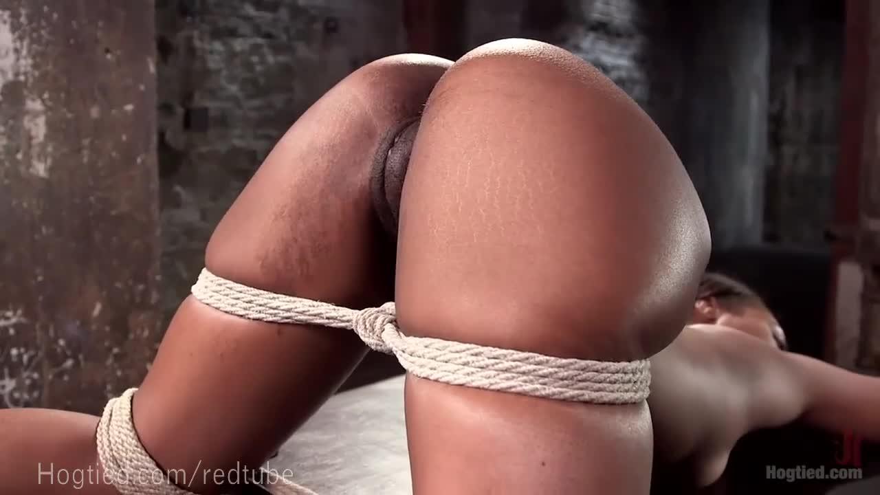 Morena amarrada sendo forçada a fazer sexo