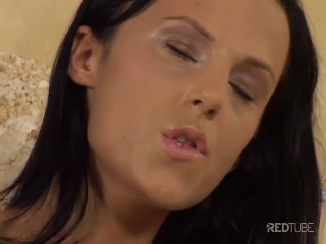 Morena se masturbando com consolo na banheira