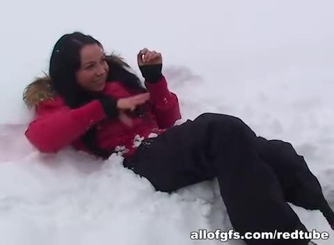 Amadora fazendo sexo na neve com seu macho