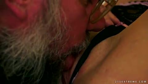 Velho caprichou no sexo oral na adolescente
